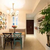 靠墙的位置设置了卡座,在家里也能找到餐厅的感觉。