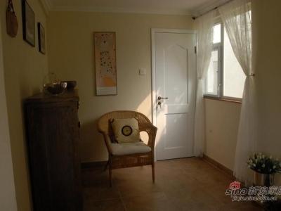 右邊玄關,也就是鞋櫃和一把椅子,那個白色的門進去,是很小的一個衛生間