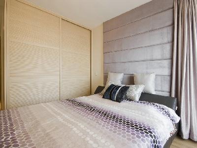 设计理念: 浅紫色软包的运用,搭配原木色衣柜。以及皮质软床,质感强烈,温馨舒适。给人强烈的安全感。