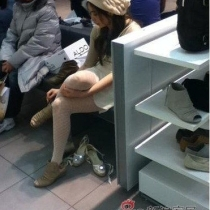 2011年3月10日,有网友在微博上曝光了两张在加拿大某商场里拍到的王祖贤近照。照片中的王祖贤正在为自己挑选鞋子,看起来心情不错,身材也保持得非常好。
