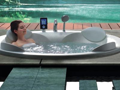 温泉浴缸,华美嘉温泉浴缸。泡浴温泉能促进血液循环,并且在泡浴的过程中产生的热量达到一定的温度时,可以燃烧脂肪,此时脂肪变成汗液,由汗毛孔排出体外,从而达到减肥及保持体型的效果。