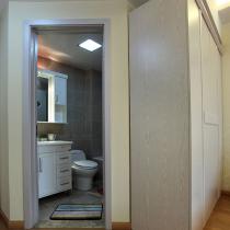 看向卫浴间
