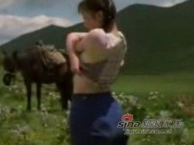 李小璐十六岁时就被陈冲找去拍《天浴》。剧中有很多李小璐裸露的场景,不过片中所有露点戏份均是裸替完成的。