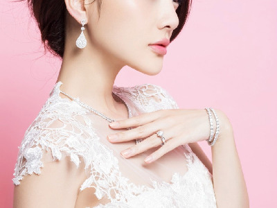 辣妈李小璐最新婚纱杂志大片 优雅动人宛若精灵