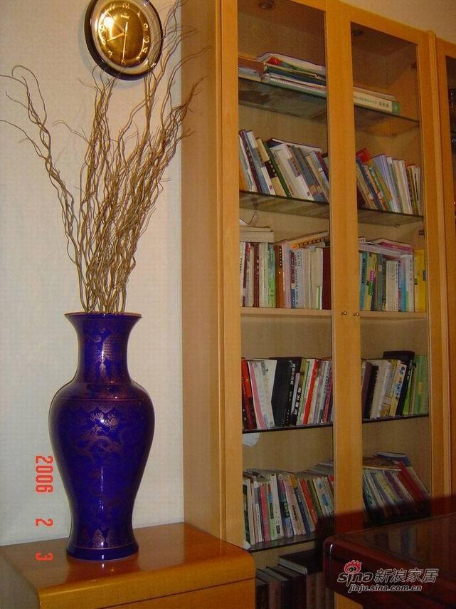 景泰蓝花瓶和书柜