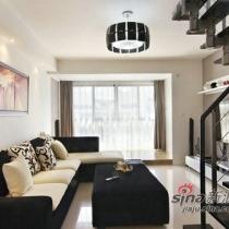 客厅的沙发是运用黑白两色的布艺沙发和茶几。这样尽显时尚的感觉。采用落地玻璃,使客厅的采光效果不错。