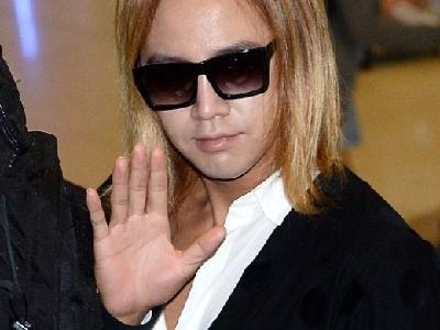 张根硕现身日本机场 黄发白甲打扮另类