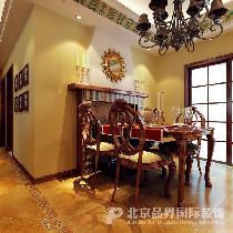 餐厅:壁炉是美式的特点,壁炉处理上采用不规则彩色砖条,增加餐厅的活泼。