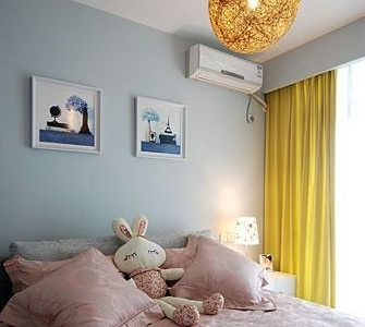 次卧,粉蓝色的空间,粉色的床品,亮黄的窗帘,色彩更为丰富可爱。