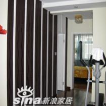 电视墙的壁纸是ab版的,用白色的木条截开,有的朋友以为是衣橱,高清图片