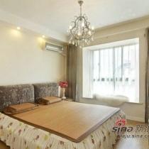 主卧室则以简洁为主,除了具有古色古香的吊灯之外其他风格都是比较简洁。