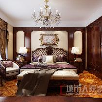 卧室与硬装修上的欧式细节是相称的,选择了暗红色、带有西方复古图案以及非常西化的造型,深色实木衣柜及家具有着精细的雕刻图案,大的氛围和基调就这样定了下来。