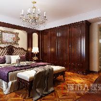 空间相对较大,选用线条繁琐,看上去比较厚重的家具软装,才能与欧式大气感匹配。而且并不排斥描金、雕花甚至看起来较为隆重的样子,相反,这恰恰是风格所在。
