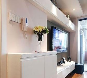 客厅的柜子都是都是木工做的呢,比店里买的实用。