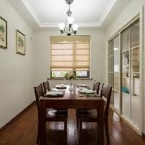 餐厅没有花哨装饰,白墙上简单点缀两幅果蔬题材装饰画,以自然新鲜诱人。