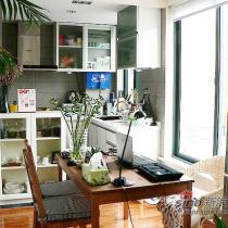 从客厅看向厨房。因为家不大,就把客厅、厨房、餐厅全打通了~~呵呵,很明亮吧!