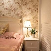 一盆小绿植,给卧室增添自然的田园气息。