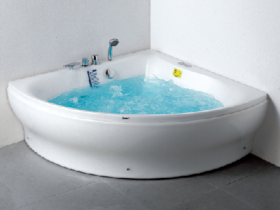 天然形状浴缸带来自然享受之美,华美嘉美逸-WK-B09。我们在浴室中已经不仅是为了清洁卫生,而是要寻求一种自由放松、休闲惬意和健康安逸的享受。特别是生活在城市中的人们渴望调和越来越紧张急促的日常生活,更多地亲近自然。以往几何造型的浴缸,让人无法脱离水泥盒子的束缚,此款独立式三角浴缸,采用有机造型搭配几何形状,遵循了自然与空间共生共存的指导原则,将浴室变成了一个能满足人们各种需求的休闲空间。