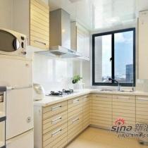厨房的设计也是以白色和米黄色为主基调。橱柜的设计完全体现到家居收纳的魅力。