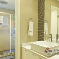 卫浴装修使用干湿区分开,洗手池与沐浴区间分开的设计。感觉大方又时尚。