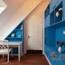 二楼的书房设计就参考田园风格,也打破主色调主动运用了蓝色。并且顺延屋顶的结构设置窗口位。