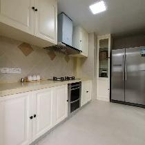 在厨房空间里,爱自由、简约的美式,那淡而飘动的暖色,显得幸福又绵长。